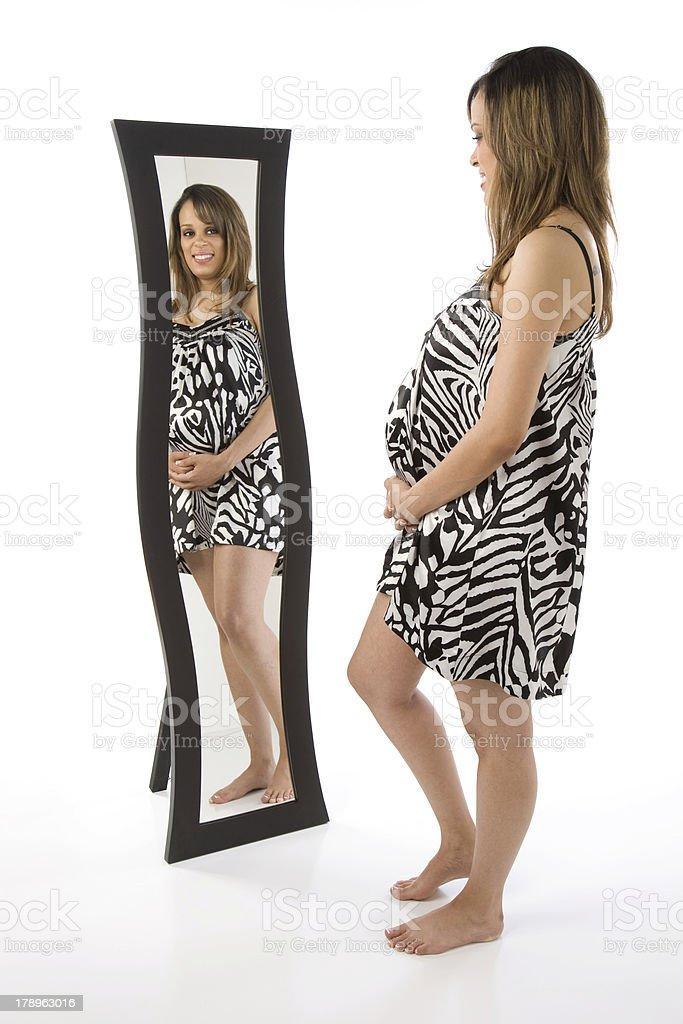 Fotograf a de raza mixta madre embarazada introspecci n for Espejos de cuerpo completo precio