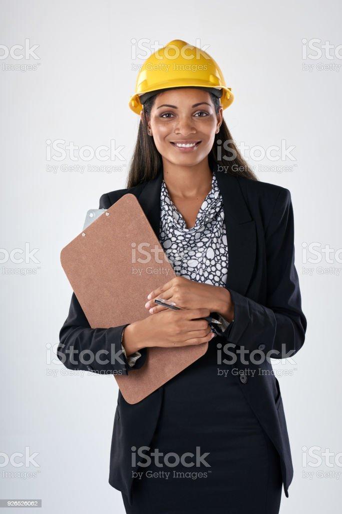 Gemischte Rassen Frau Ingenieur mit einem Helm und Zwischenablage – Foto