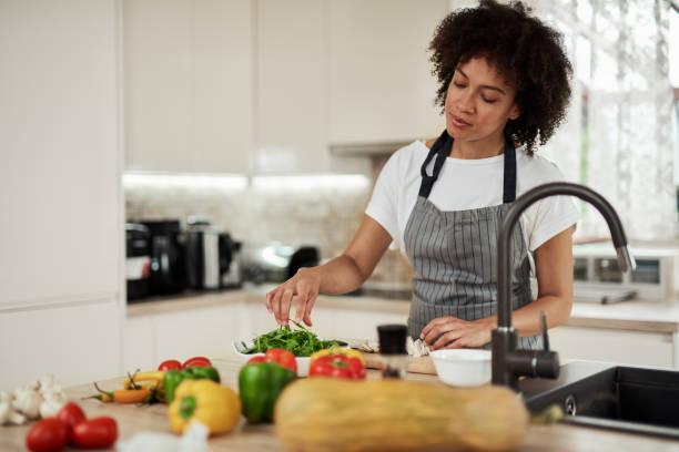 Gemischte Rasse Frau Vorbereitung Abendessen. – Foto