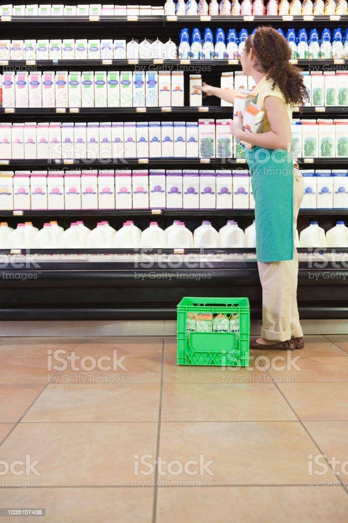 Gemischte Rennen Frau Regale im Supermarkt – Foto
