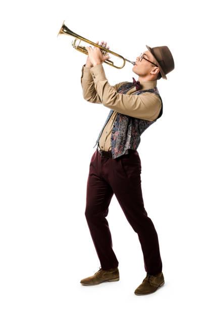 혼합된 인종 젊은이 모자와 안경 흰색 절연 트럼펫 연주 - 트럼펫 뉴스 사진 이미지