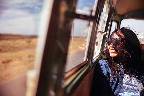 gemischte raste hipster frau lächeln im retro-van straße reise - interessantes für teenager stock-fotos und bilder