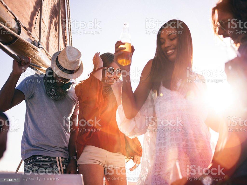 Raça mista grupo de amigos desfrutar de um Iate de pôr do sol - fotografia de stock