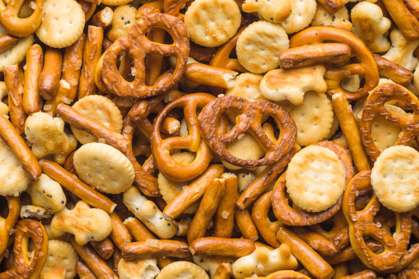 misto de snack salgado bolachas e biscoitos. vista superior. - junk food - fotografias e filmes do acervo
