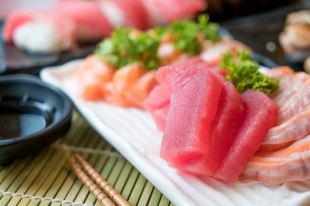 Gemischte Fisch in Scheiben Sashimi in weißen Teller. Sashimi Lachs und Thunfisch festgelegt mit Thunfisch, fliegende Fische Rogen Kaviar und Gänseleber Closeup. Japan-Restaurant-Menü – Foto