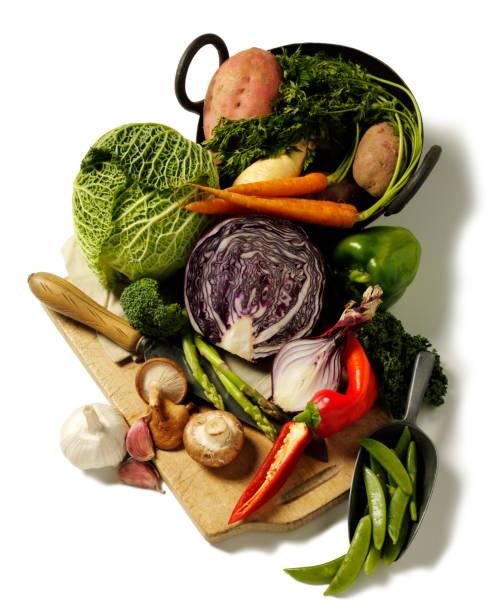 Mix de legumes em uma tábua de cortar - foto de acervo