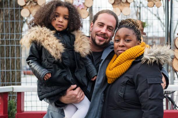 Mixed-Rennen Familienbild auf Stadtstraße im Winter. – Foto