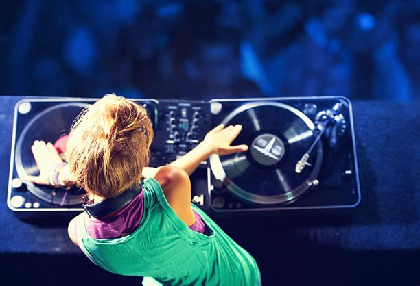 mélangez-vous à la foule - dance music photos et images de collection
