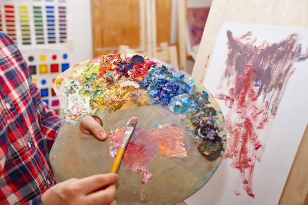 mixing of oil paints - clase de arte fotografías e imágenes de stock