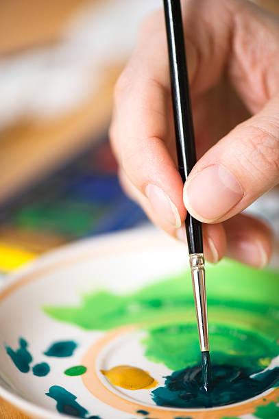die kombination von farben auf einer platte - handbemalte teller stock-fotos und bilder