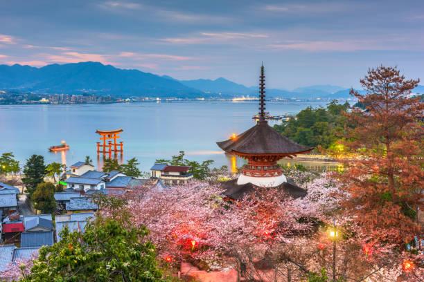 miyajima island, hiroshima, japan in spring - hiroshima zdjęcia i obrazy z banku zdjęć