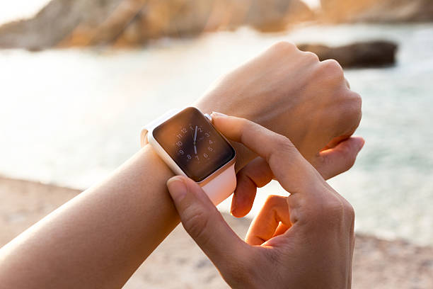 apple watch 42 mm in acciaio inossidabile con banda sportiva bianca - big tech foto e immagini stock
