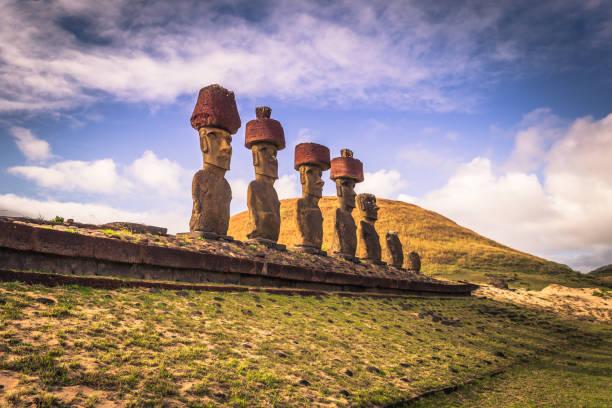 anakena strand, osterinsel - 10. juli 2017: moai altar von anakena beach, osterinsel - osterinsel stock-fotos und bilder
