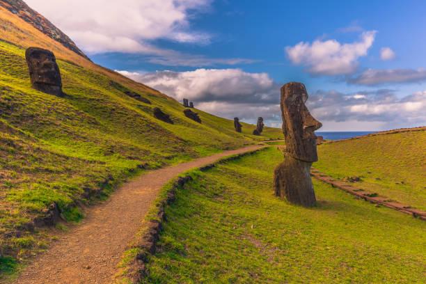 ranu raraku, osterinsel - 10. juli 2017: moai statuen von ranu raraku, osterinsel - osterinsel stock-fotos und bilder
