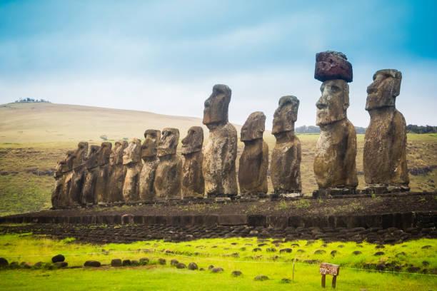 moais am ahu tongariki auf der osterinsel. die größte ahu in der insel 15 moai - osterinsel stock-fotos und bilder