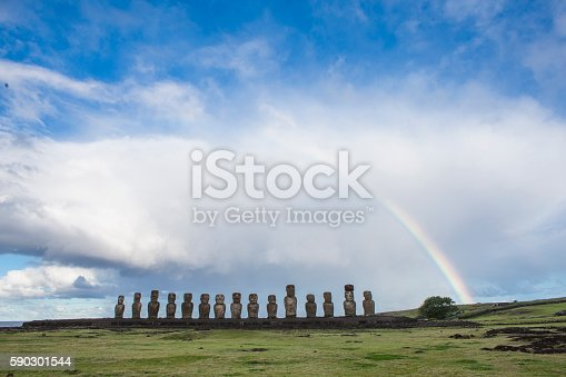 Moais Of Easter Island With A Beautiful Rainbow-foton och fler bilder på Blå