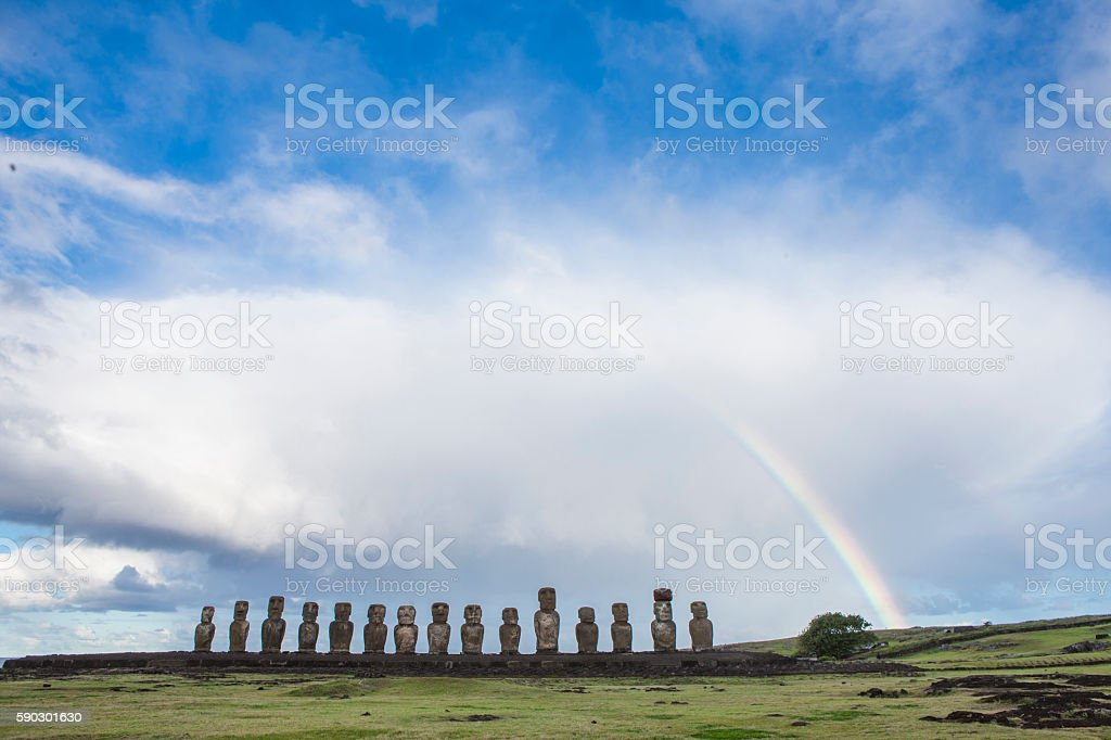 Moais of Easter Island with a beautiful rainbow Стоковые фото Стоковая фотография