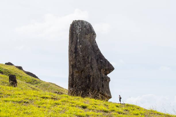 Moais an den äußeren Hängen des Vulkans Rano Raraku. Rano Raraku ist der Steinbruch, wo die Moais geschnitzt wurden. Osterinsel, Chile – Foto