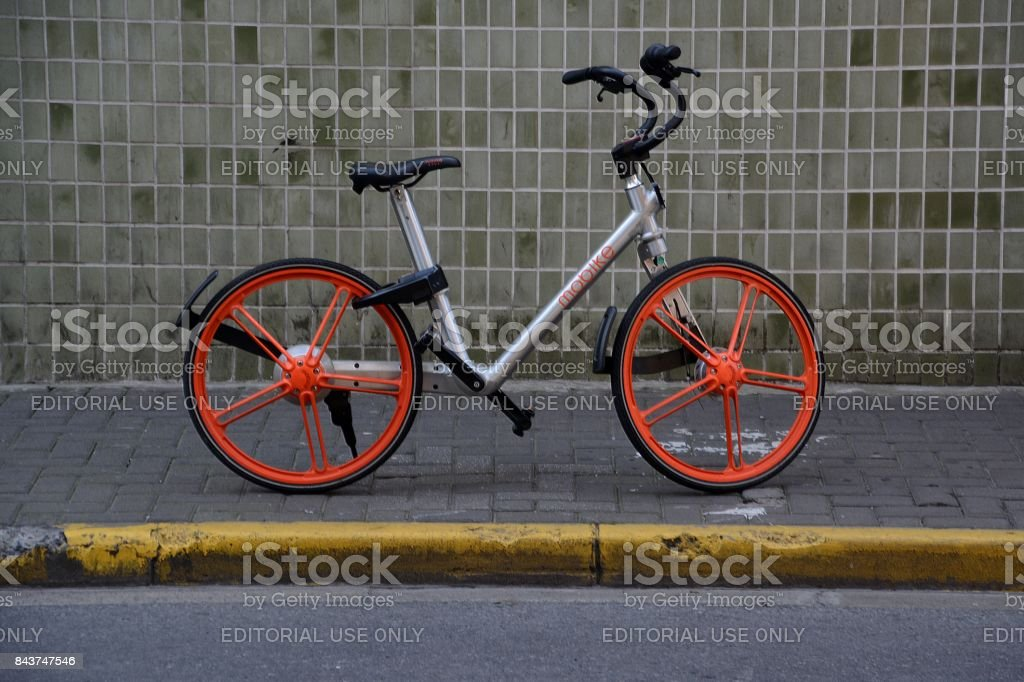 MOBIKE vélo garé sur un trottoir dans le district de Jing'an, Shanghai, Chine - Photo