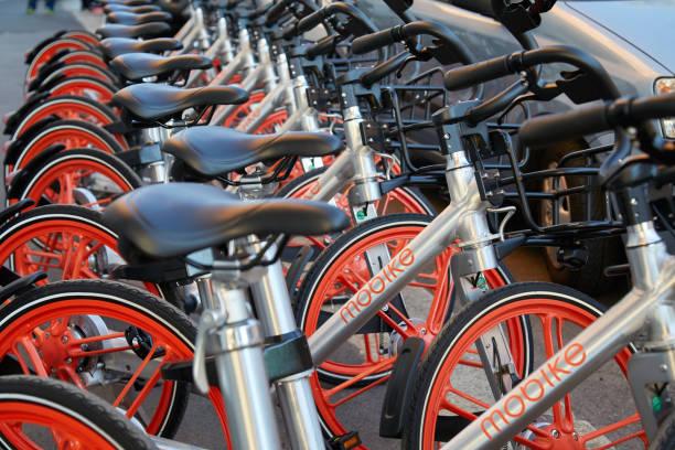 mobike frei schwebenden fahrräder, bike-sharing in mailand - fahrradhalter stock-fotos und bilder
