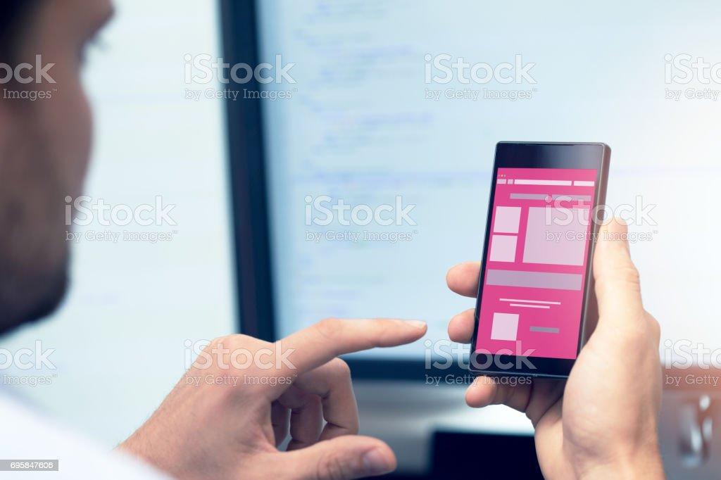 Entwicklung Mobiler Anwendungen Programmierer Mit Smartphone In Der ...