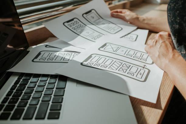 ux mobile anwendung wireframe. skizze, prototyp, framework, layout zukünftige app-design-projekt. ui/ux - benutzeroberflächen- und benutzererfahrungsdesigner. kreatives konzept für smartphone. app-entwicklung - prototype stock-fotos und bilder