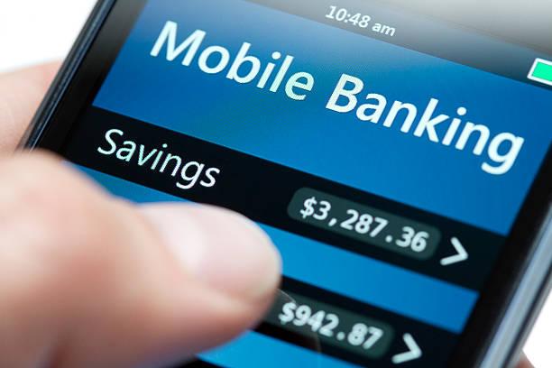 мобильный банкинг на смартфоне close-up долларов - hand holding phone стоковые фото и изображения