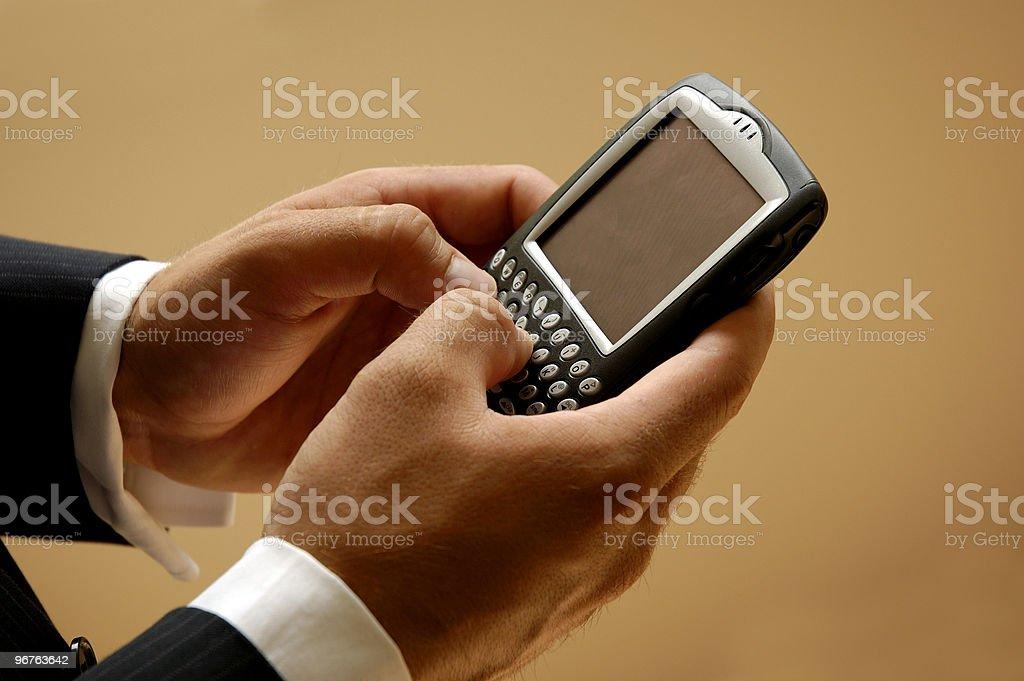Mobile hombre enviando un mensaje de texto - foto de stock