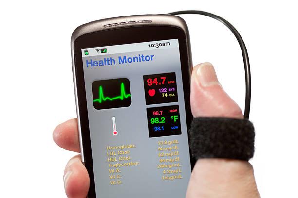 мобильный здоровья монитор - hand holding phone стоковые фото и изображения