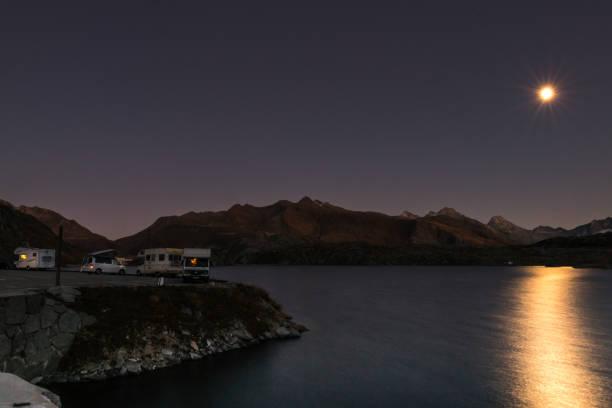 Mobilheime in der Nacht in den Schweizer Alpen – Foto