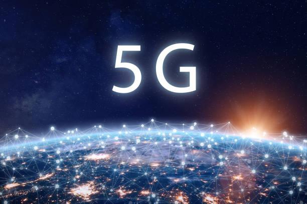 5G mobiles Internet-Telekommunikationsnetz mit High-Speed-Wireless-Datenverbindungstechnologie für Smartphones und IoT. Systembereitstellungskonzept der fünften Generation mit Erdblick aus dem All – Foto