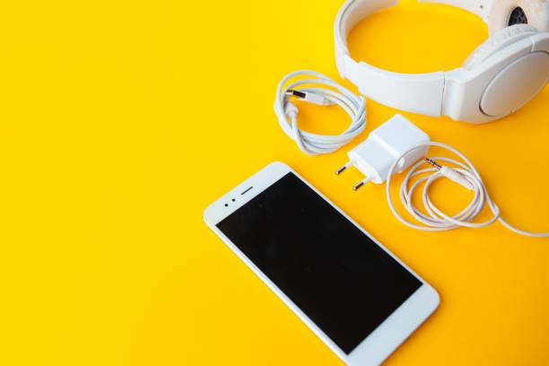 zestaw mobilny ze smartfonem, słuchawkami i ładowarkami. - akcesorium osobiste zdjęcia i obrazy z banku zdjęć