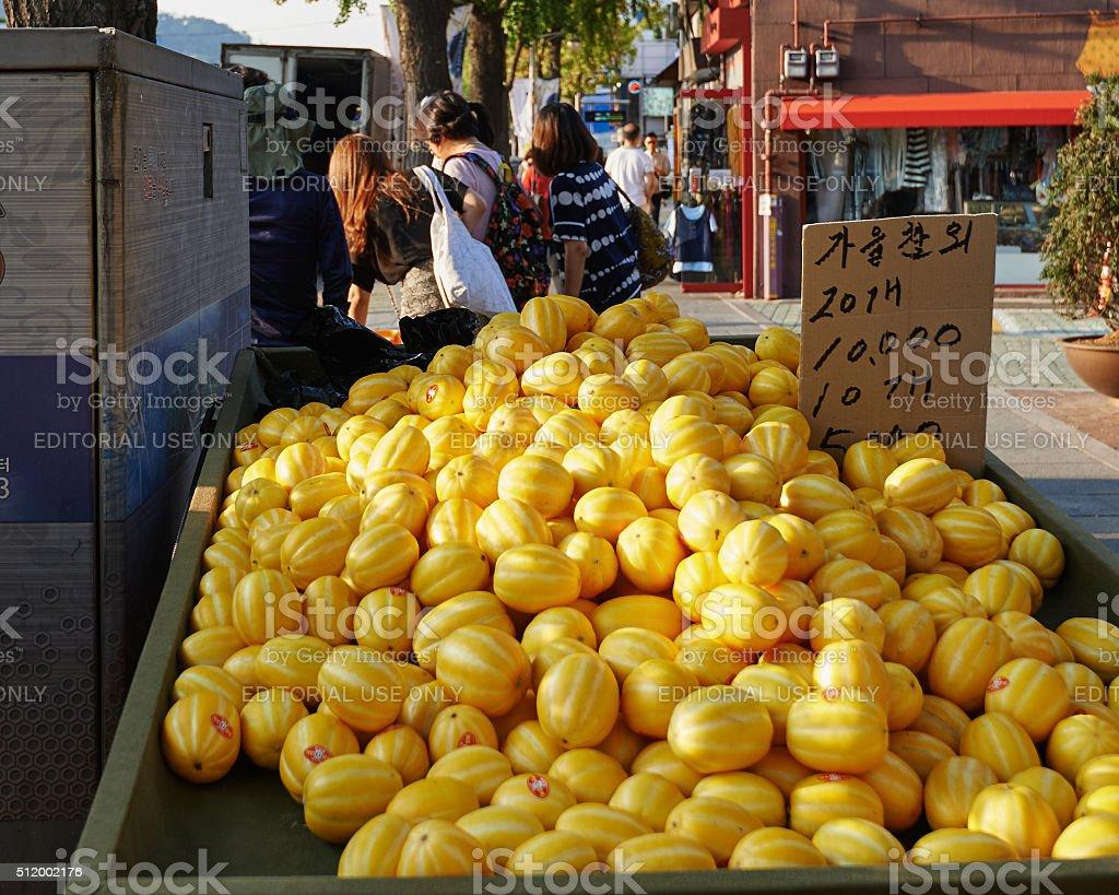Amarelo Manga 2002 foto de celular do mercado com pilha de manga e mais fotos