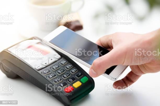 Pago Por Móvil En Café Con Teléfono Inteligente Foto de stock y más banco de imágenes de Aire libre