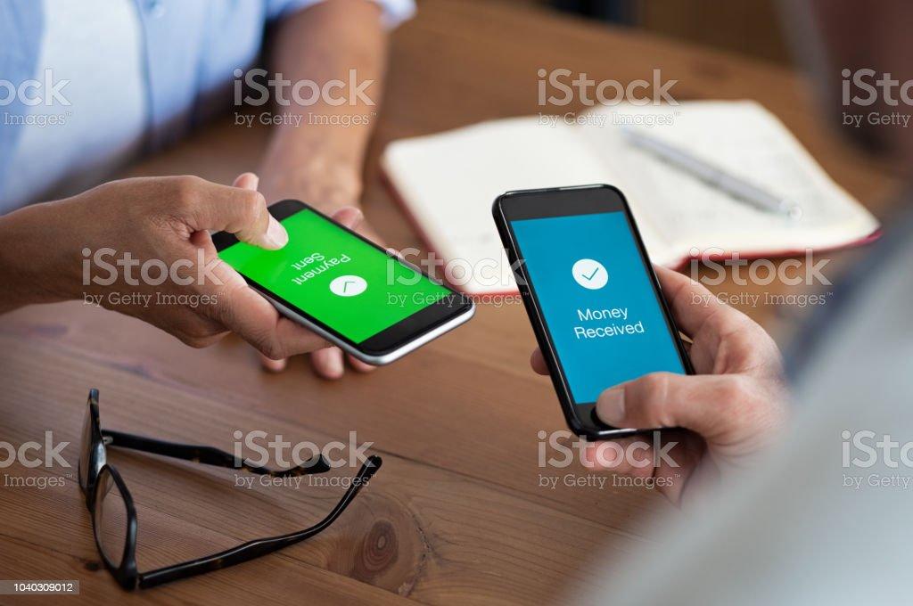 Zahlung per Handy gesendet und empfangen – Foto