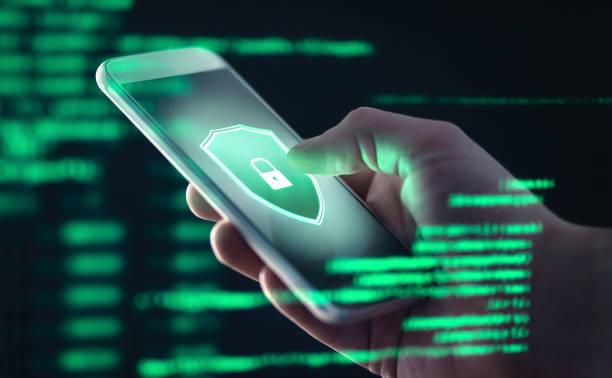 datos personales del teléfono móvil y concepto de amenaza de seguridad cibernética. fraude de celular. smartphone hackeado con spyware ilegal, ransomware o software troyano. hacker haciendo estafa en línea. - seguridad fotografías e imágenes de stock