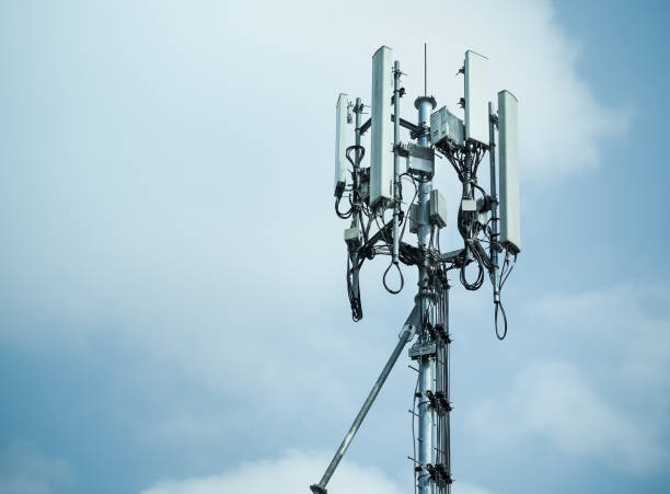 mobile phone towers and 3g and 4g system - 4g foto e immagini stock