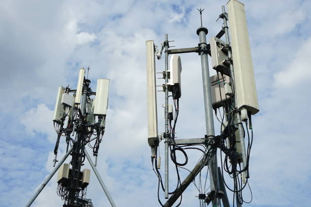 mobile phone towers and 5g and 4g system - 4g foto e immagini stock