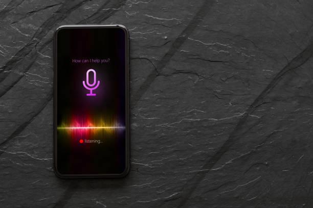Telefone móvel com assistente de voz activado. - foto de acervo