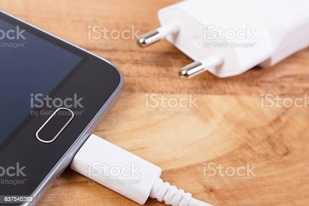 Mobiltelefon Mit Angeschlossenem Stecker Des Ladegeräts Smartphoneladefunktion Stockfoto und mehr Bilder von Adapter