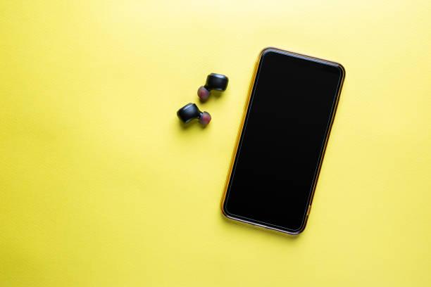 Mobiltelefon mit Kopfhörer – Foto