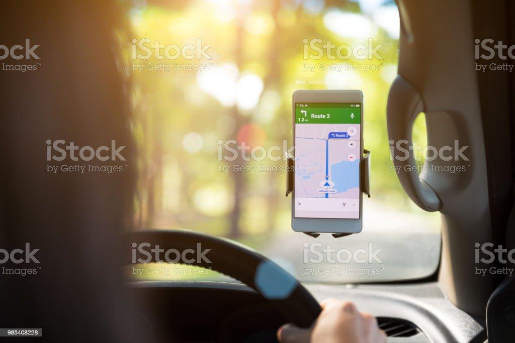 Handy mit Karte GPS Navigation im Auto. getönten bei Sonnenuntergang. – Foto