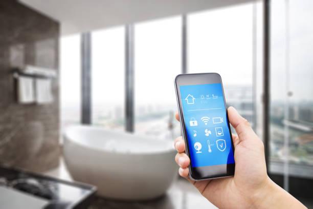 mobiele telefoon met moderne luxe badkamer - cell phone toilet stockfoto's en -beelden
