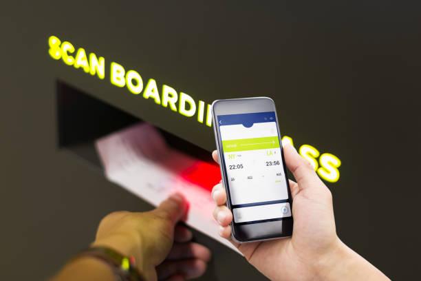 teléfono móvil con exploración de embarque en aeropuerto - foto de stock
