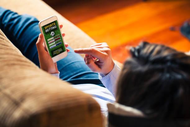 téléphone portable avec les paris sportifs site web app à l'écran. - paris photos et images de collection
