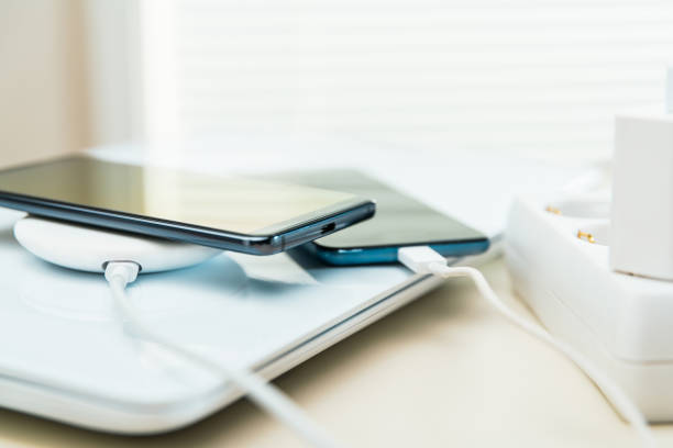 Mobiltelefone auf drahtlosem Ladegerät – Foto