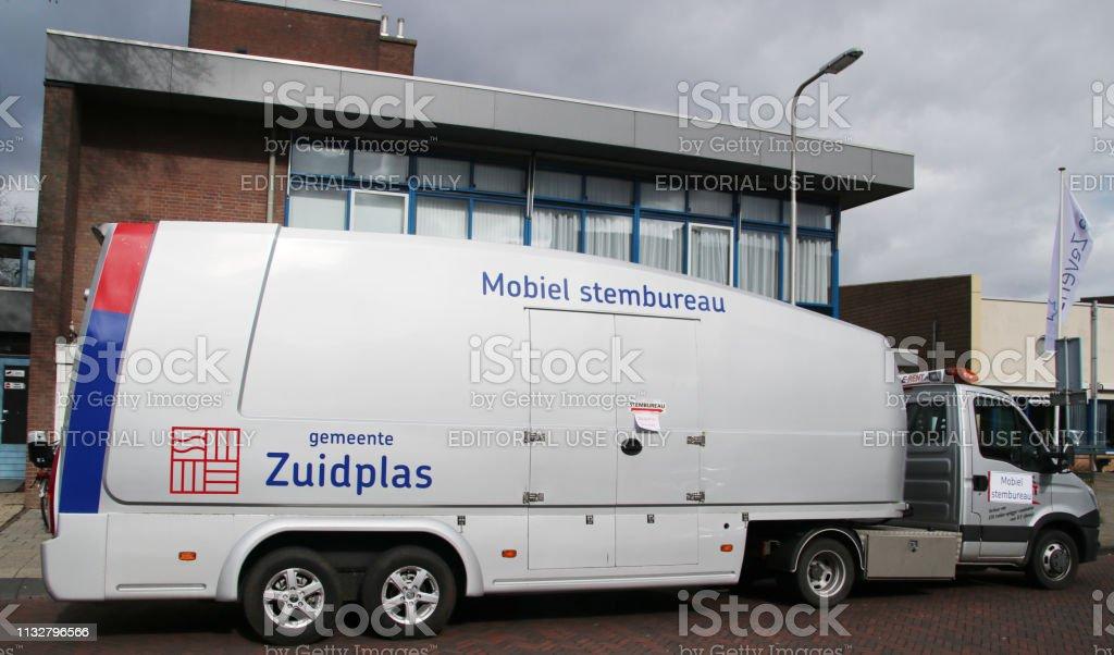 mobiel stembureau in de gemeente Zuidplas te gebruiken bij treinstation en bejaardentehuizen foto
