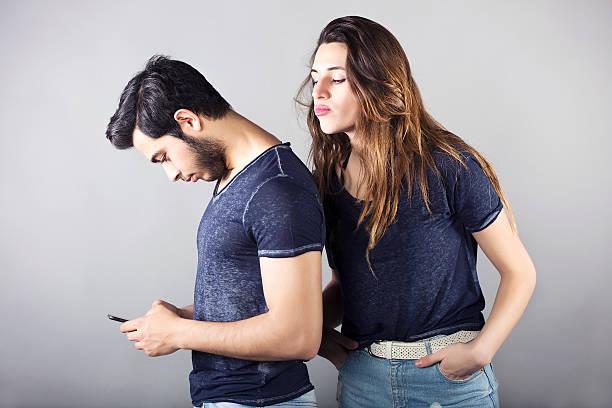 携帯電話との間の問題のカップル - 羨望 ストックフォトと画像