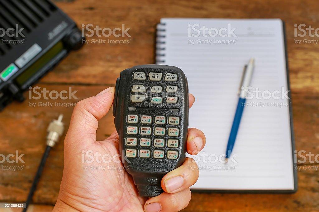 Mobile Funksender/-Empfänger und notebook auf einem Holztisch – Foto