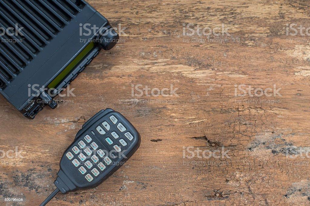 Mobile Funksender/-Empfänger auf einem Holztisch – Foto